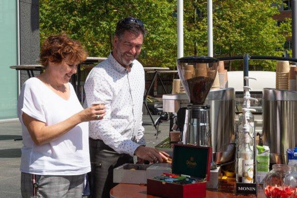 Heerlijke koffie serveren